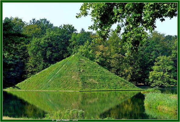 Die einzige ins Wasser gebaute Pyramide der Welt  ..