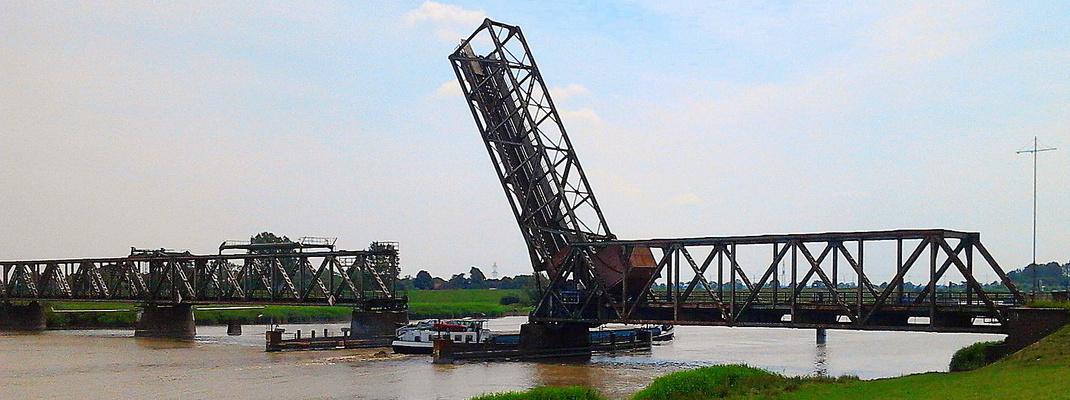 Die Eisenbahnbrücke in Weener öffnet sich für ein Schiff