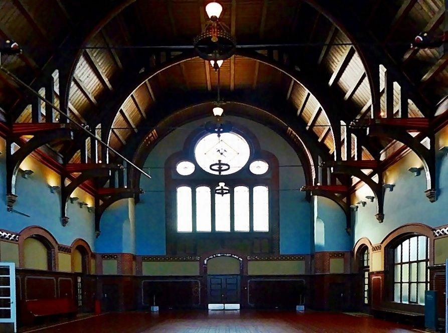 Die erste Halle, . . . .