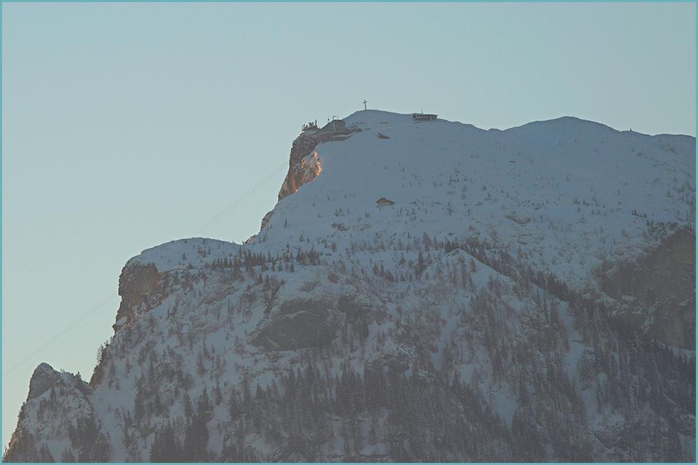 Die ersten Sonnenstrahlen erreichen den Untersberg.