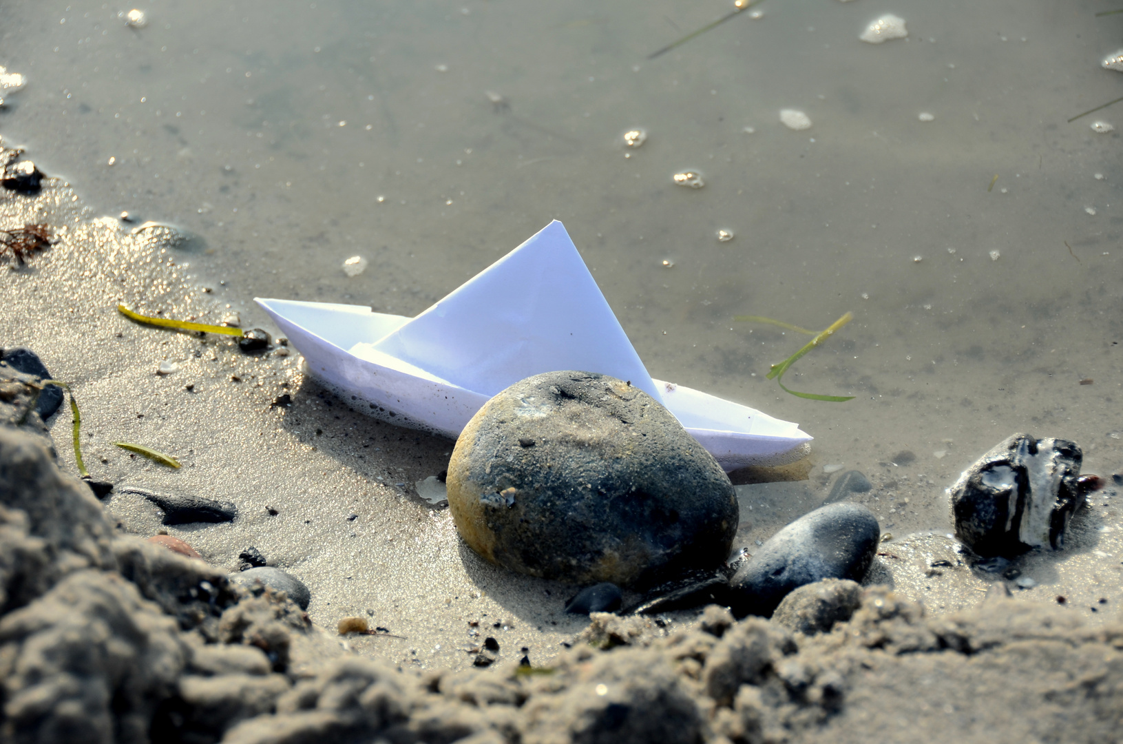 Die ersten Urlauber lassen spuren am Strand von der Insel