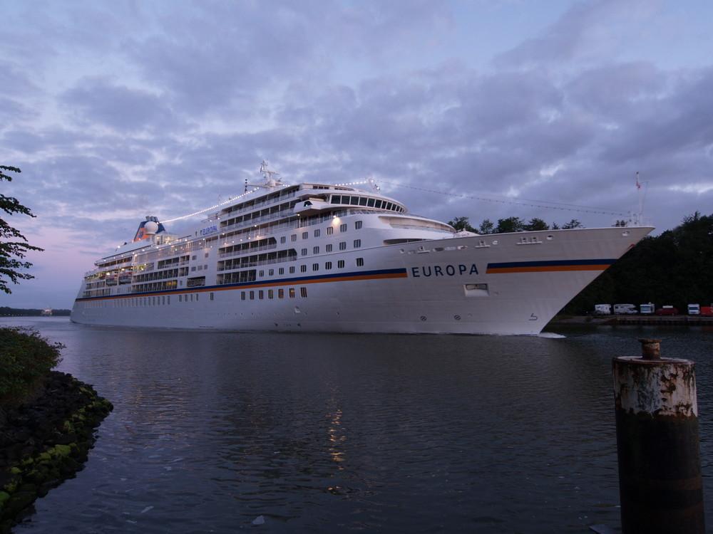 Die EUROPA heute morgen auf dem Nord-Ostsee-Kanal