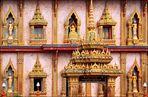 . . . die fassade des phramahathat-chedis vom wat chalong . . .
