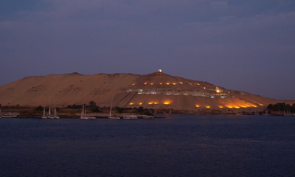 Die Felsengräber von Assuan bei Sonnenaufgang