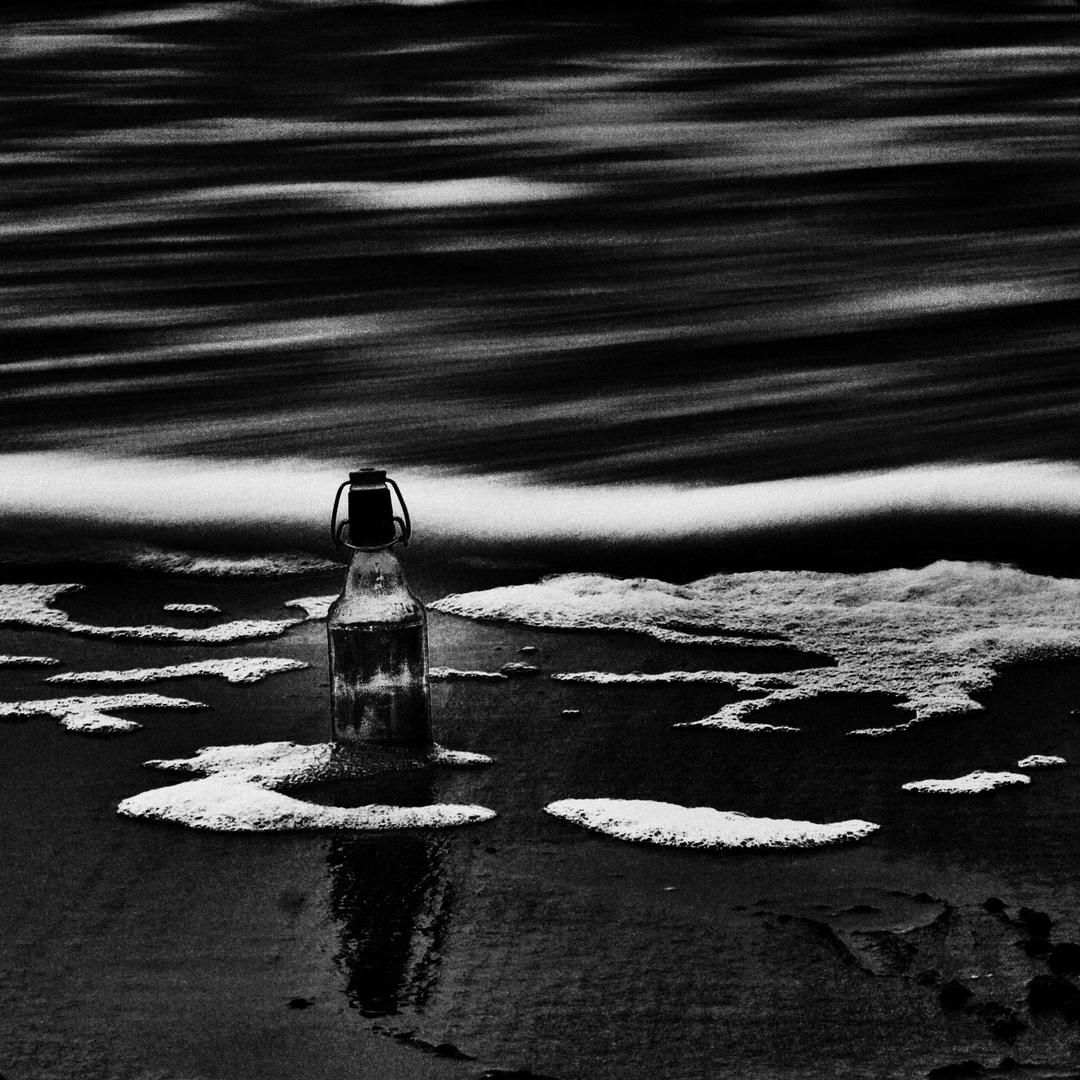 Die Flasche im Meer ...