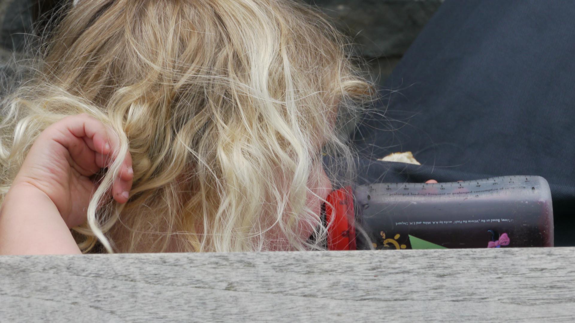 Die Flasche mit den blonden Locken