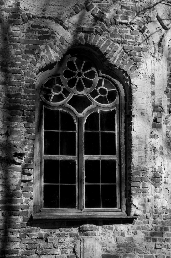 die Form eines Schlüssels gerahmt im Fenster
