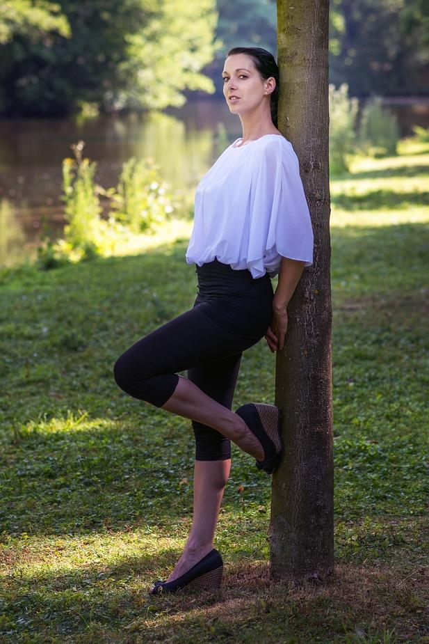 Die Frau am Baum