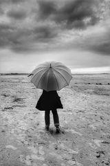 Die Frau mit dem Regenschirm, erreicht das Meer!