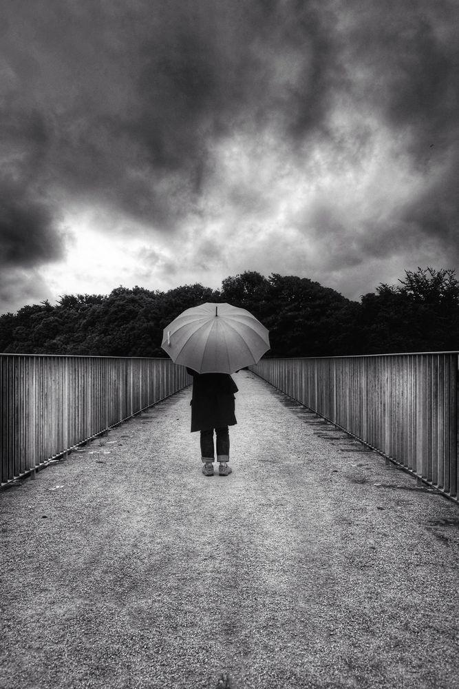 Die Frau mit dem Regenschirm, erreicht den Viaduc Saint-Jacques.