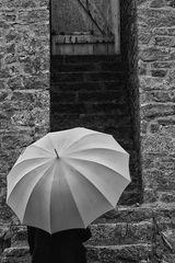 Die Frau mit dem Regenschirm, findet den Eingang zum Haus der Erinnerungen verschlossen vor!