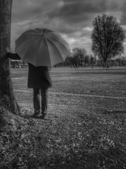 Die Frau mit dem Regenschirm; schaut beim Fussball zu. (27)