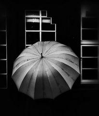 Die Frau mit dem Regenschirm,  .....steht vor den Fenstern ihres Lebens!