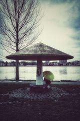 Die Frau mit dem Regenschirm sucht Schutz unter einem Pilz (32)