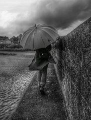 Die Frau mit dem Regenschirm; verlässt einen sicheren Wall. (20)