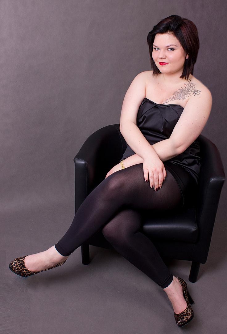 Die Frau trägt Schwarz