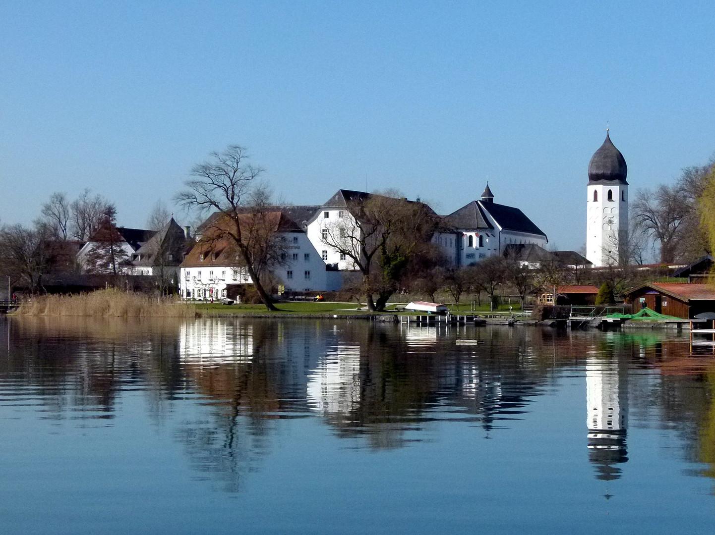 Die Fraueninsel im Chiemsee mit dem Benediktinerinnenkloster und dem frei stehenden Glockenturm