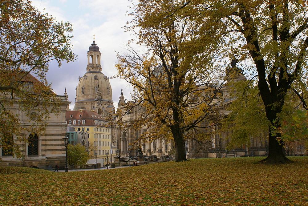 Die Frauenkirche im Herbst