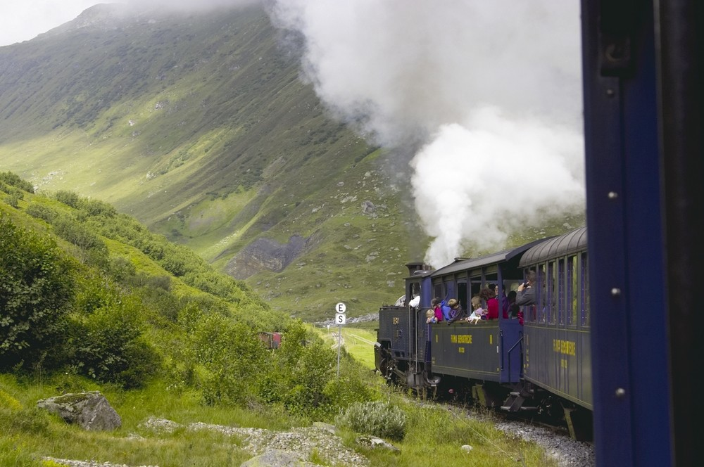 Die Furka Bahn auf dem Weg nach Gletsch