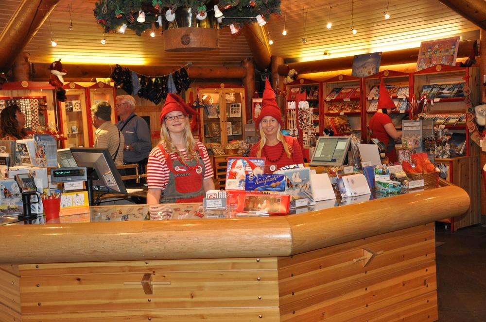 Die Gehilfen des Weihnachtsmannes am Polarkreis im Weihnachtsdorf