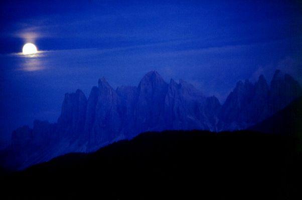 Die Geislerspitzen (Südtirol) bei Mondenschein