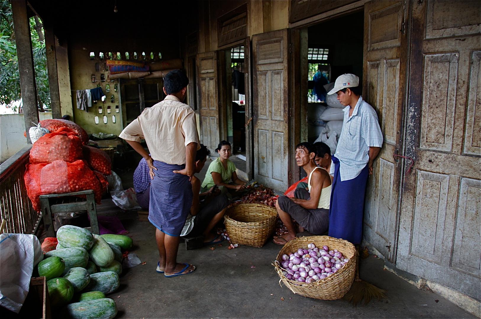 die gemüsefachabteilung der klosterküche, amaprua, burma 2011