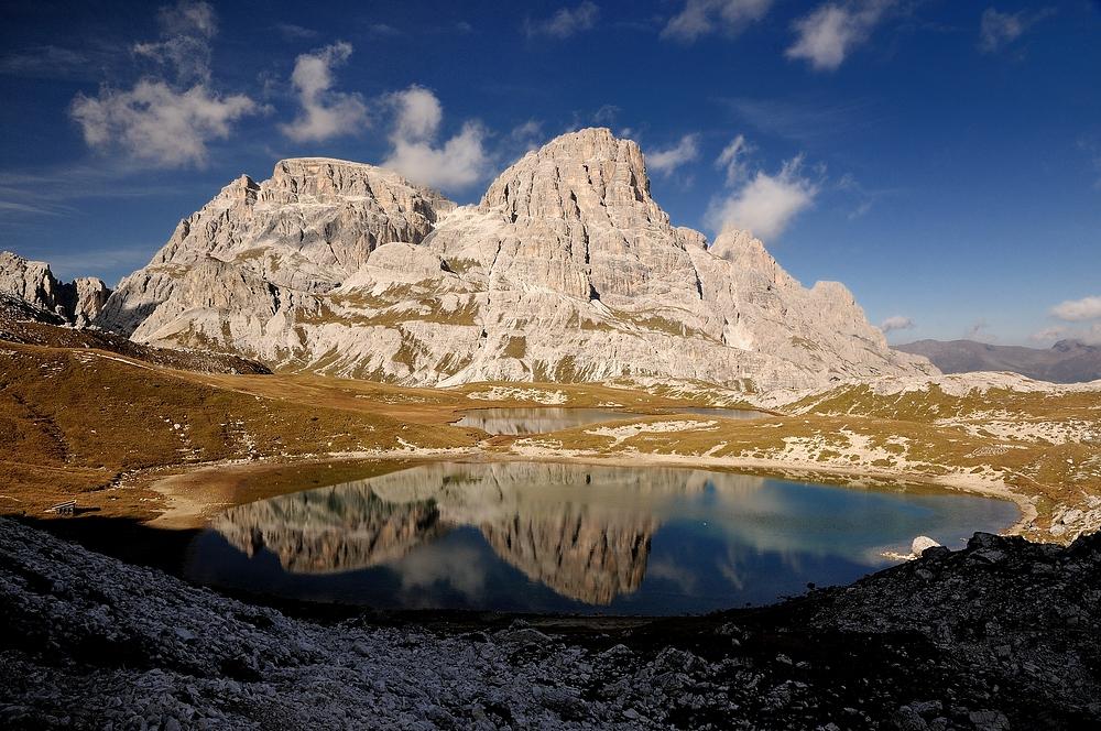 Die Gipfel der Drei Schusterspitze spiegeln sich in den Bödenseen.