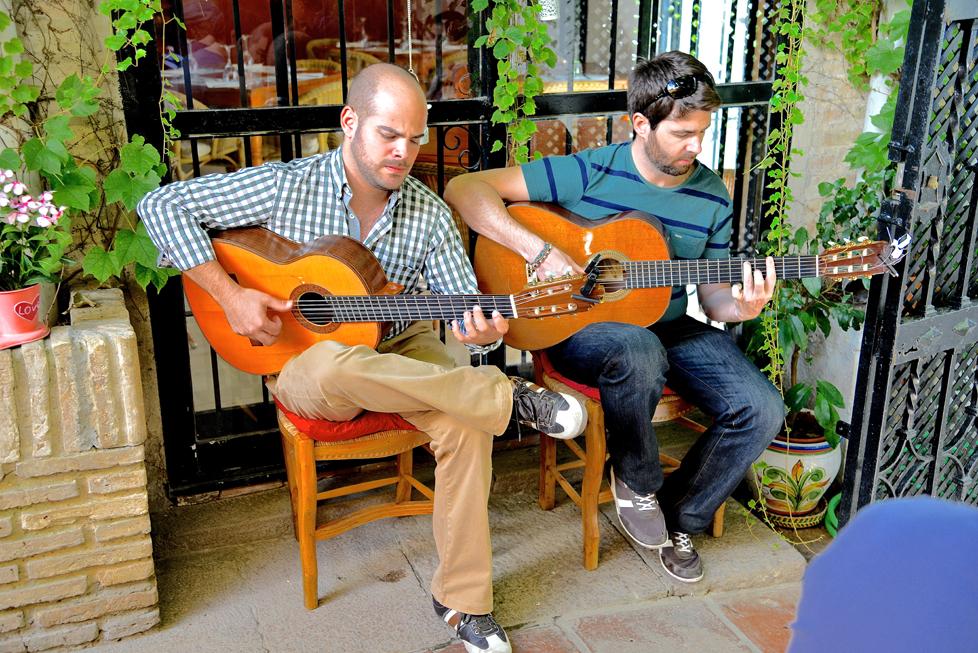 die Gitarren spielen Flamenco-Musik