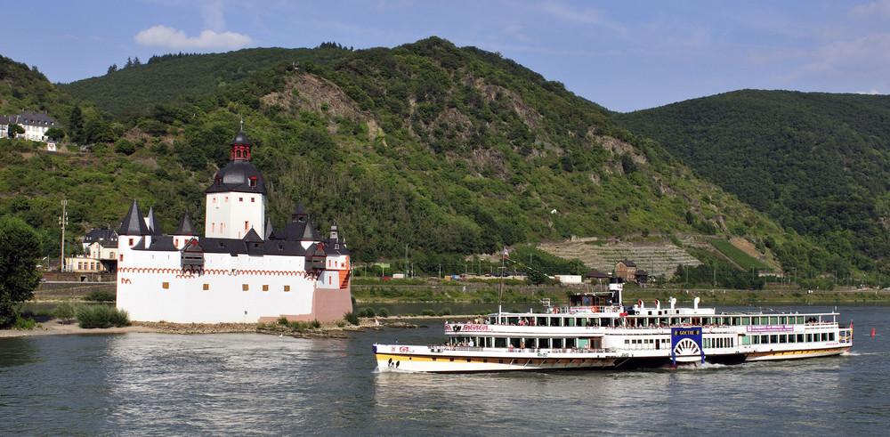 """Die """"Goethe"""" passiert die Burg Pfalzgrafenstein bei Kaub"""
