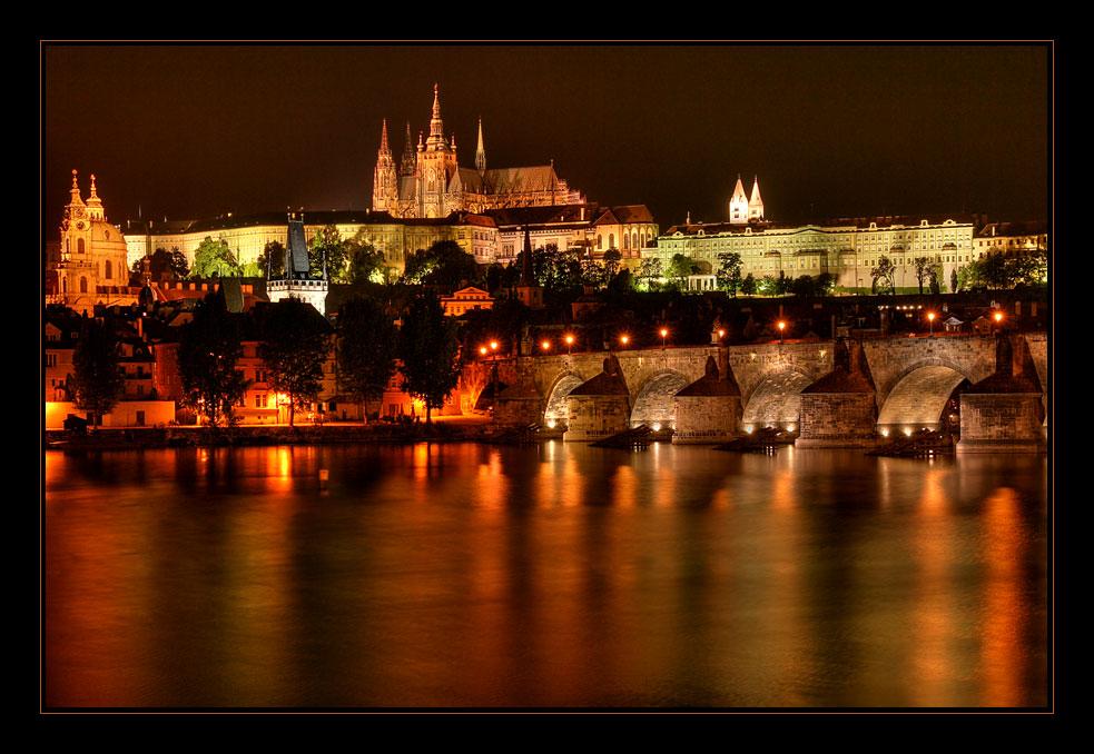 Die goldene Stadt bei Nacht - Hradschin über der Moldau