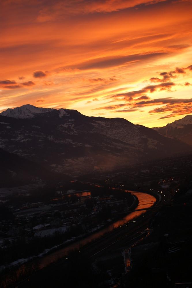 Die goldige Rhone im Tal im Winter, Abenddämmerung im Wallis