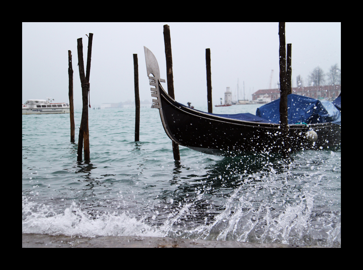 Die Gondel schaukelt im Wasser