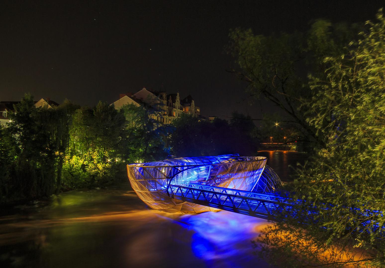 Die Grazer Murinsel bei Nacht