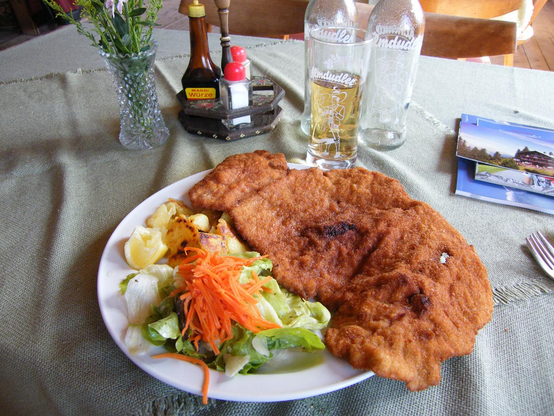 Die größten Schnitzel Tirols gibts im Alpengasthof Loas