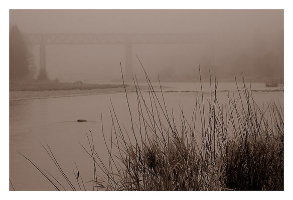 Die Großhesseloher Brücke tritt aus dem Nebel