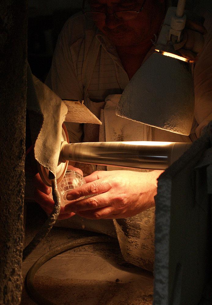 Die Hände des Glasschleifers