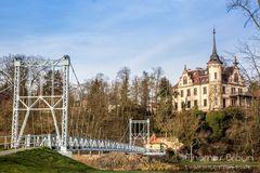 Die Hängebrücke in Grimma und oberhalb die Gattersburg