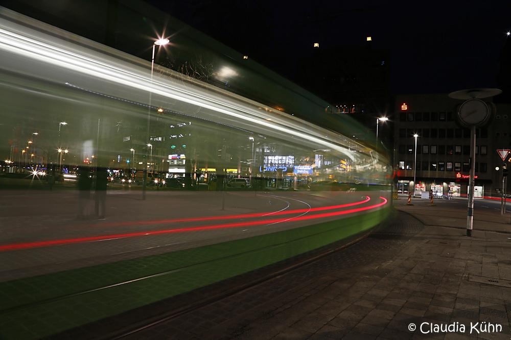 Die halbtransparente Straßenbahn