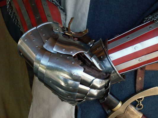 Die Hand am Schwert