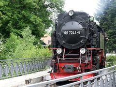 Die Harzer Schmalspurbahn bei ihrer Ausfahrt aus Wernigerode
