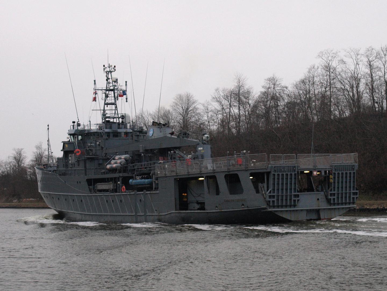 Die Heckansicht vom polnischen Marineschiff ORP CZERNICKI