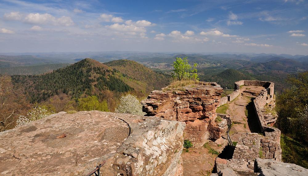 Die höchstgelegene Burganlage der Pfalz ist Wegelnburg, direkt an der Deutsch..