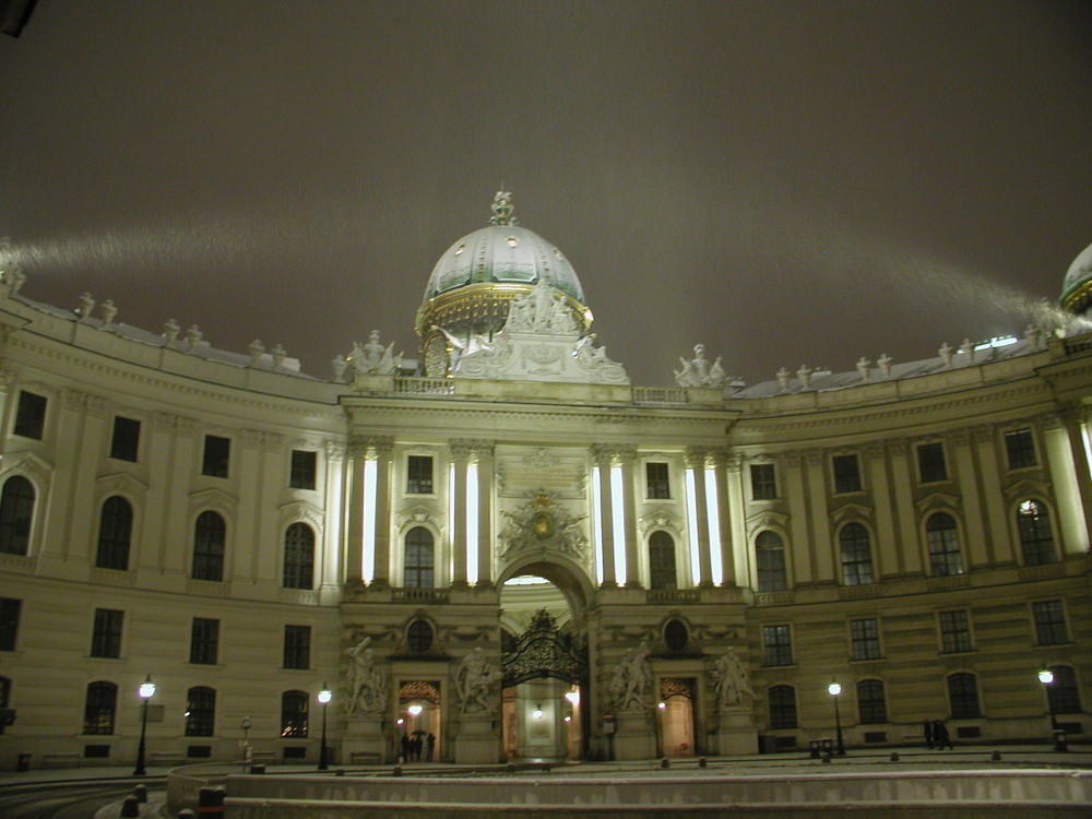 Die Hofburg im ersten Schnee