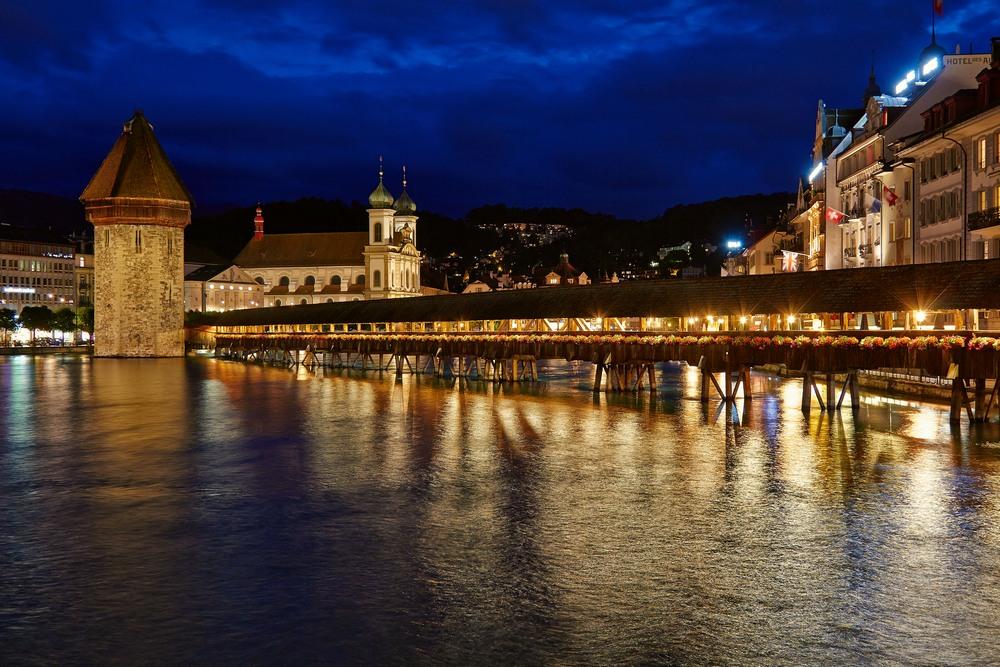 Die Kapellbrücke zur blauen Stunde.