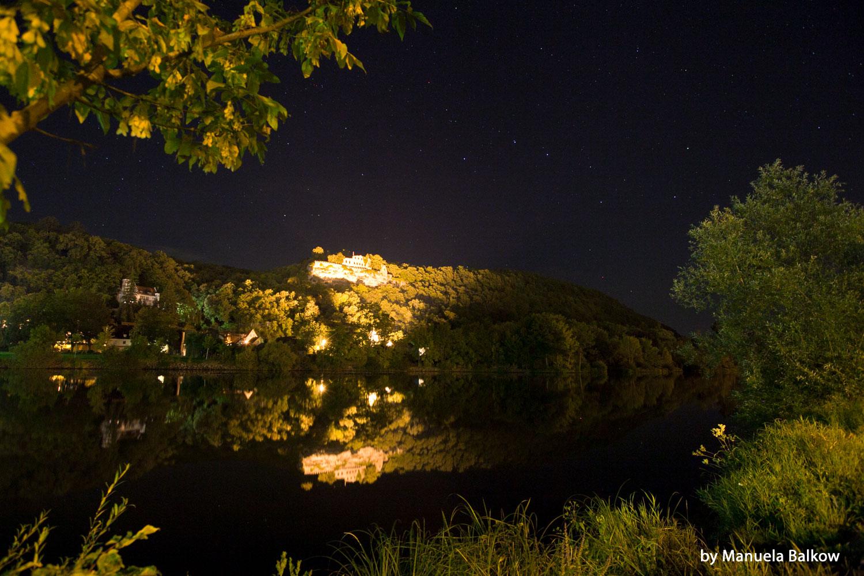 Die Karlburg bei Nacht