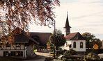 Die Kirche bleibt stets mitten im Dorf . . . . église du village voisin