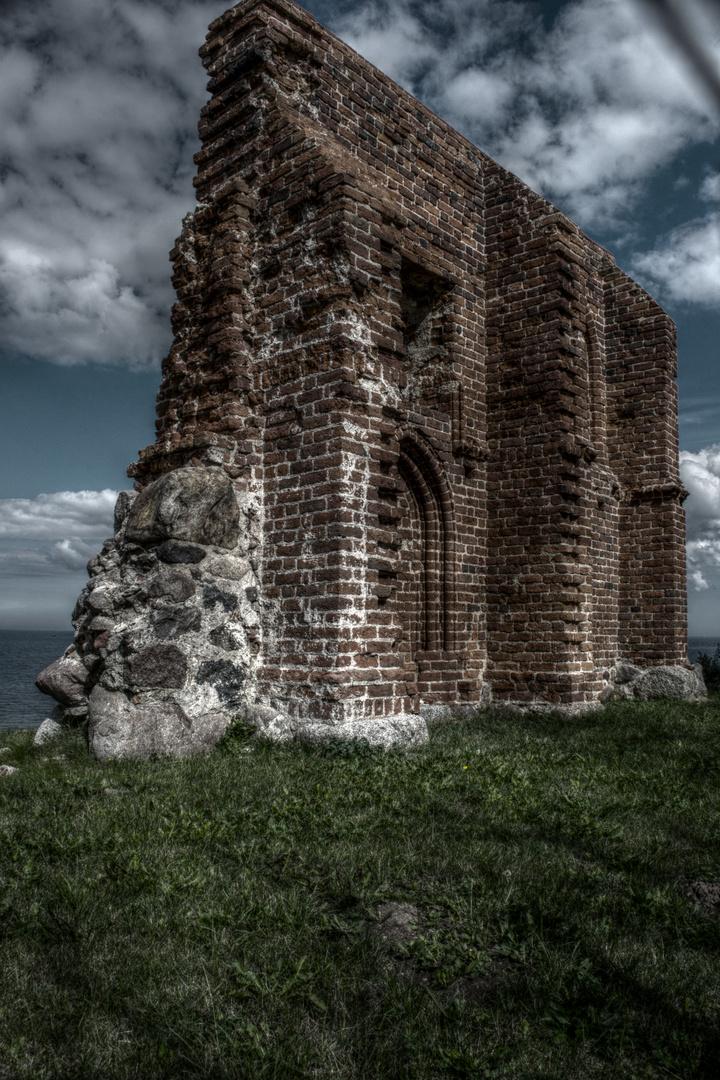 Die Kirchenruine von Hoff ( polnischTrzęsacz)