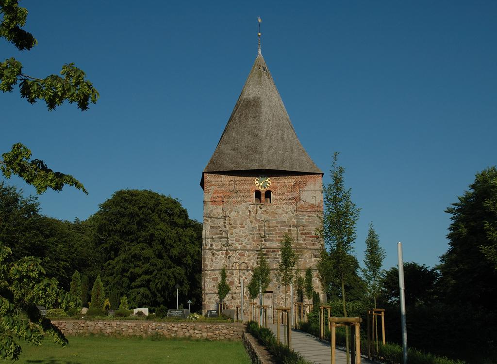 Die kleine, aber wuchtige Feldsteinkirche in Husum-Schwesing