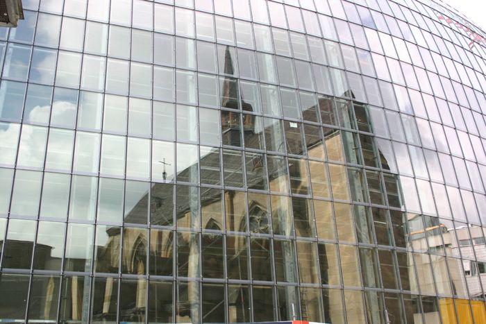 Die kleine Antoniterkirche kommt groß raus -auf der Fassade des kölschen Ei