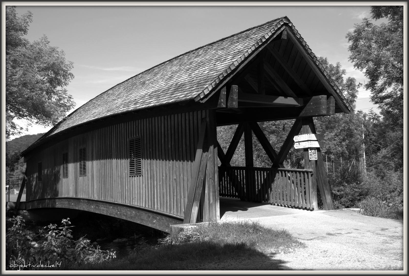 Die kleine Brücke am Fluß